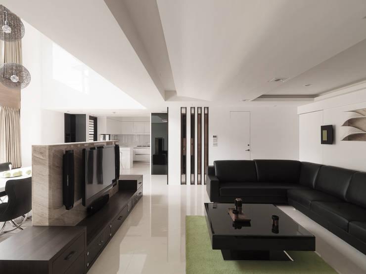 K HOUSE:  客廳 by 形構設計 Morpho-Design