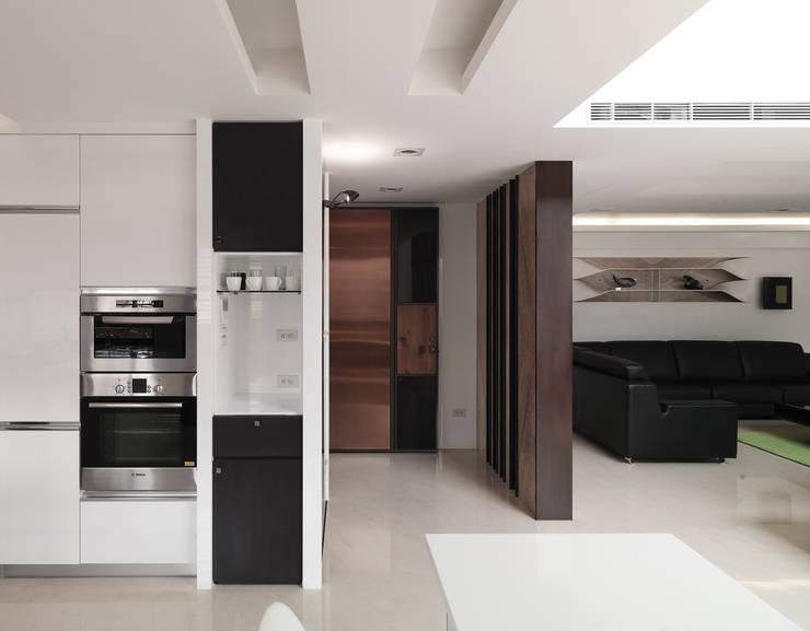 K HOUSE:  走廊 & 玄關 by 形構設計 Morpho-Design