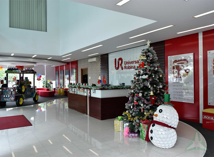 VĂN PHÒNG & SHOWROOM NHÀ MÁY UNIVERSAL ROBINA CORPORATION (URC):  Văn phòng & cửa hàng by VAN NAM FURNITURE & INTERIOR DECORATION CO., LTD.,
