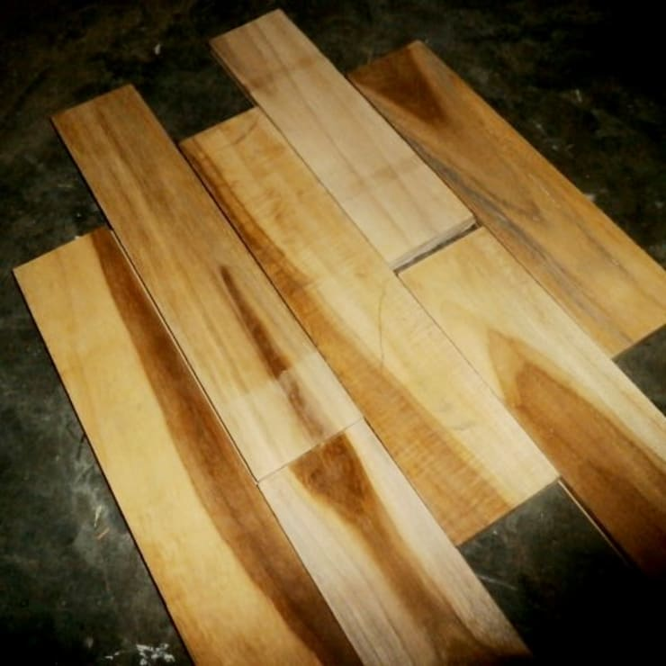 Lantai kayu Jati grade C:  Ruang Keluarga by PT.RAJAWALI PARQUET INDONESIA