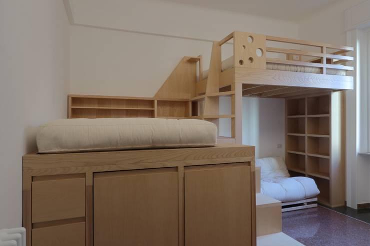 vista dalla porta di ingresso alla stanza: Camera da letto in stile  di Daniele Arcomano