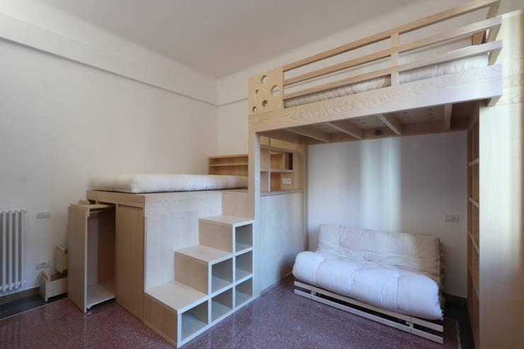 vista generale con i contenitori sotto la pedana: Camera da letto in stile  di Daniele Arcomano