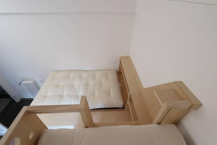 vista dal letto superiore: Camera da letto in stile  di Daniele Arcomano