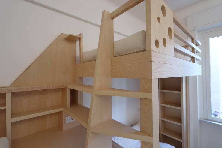 ripiani-scaletta al letto superiore: Camera da letto in stile  di Daniele Arcomano