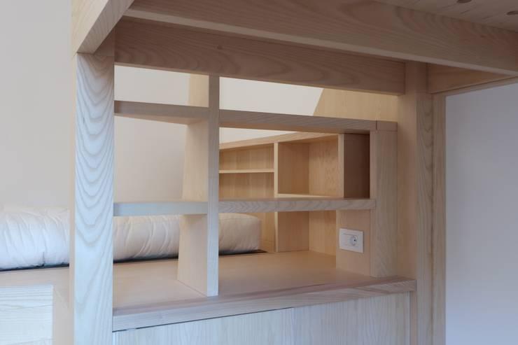 Dettaglio della stanza - ripiani-scaletta e pedana: Camera da letto in stile  di Daniele Arcomano