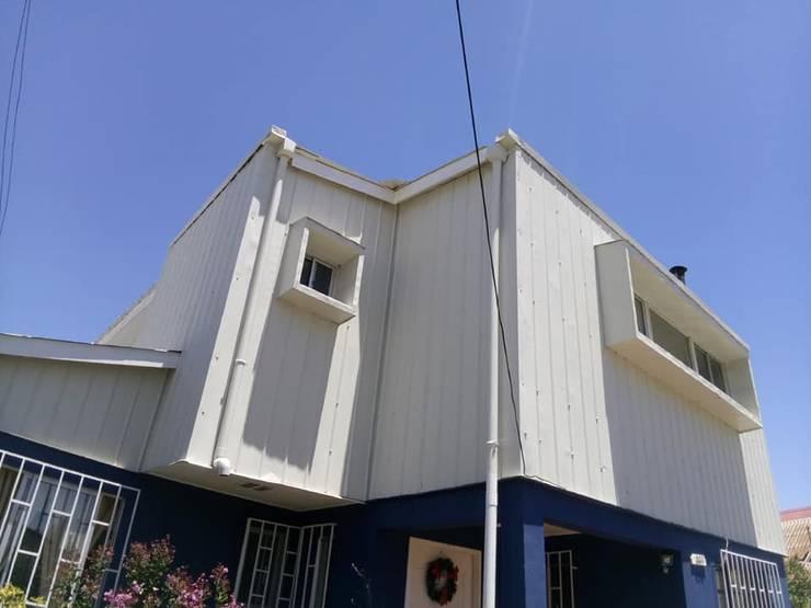 Vista desde antejardín a esquina nor-oriente_ Foto vivienda construida: Casas unifamiliares de estilo  por BIM Urbano