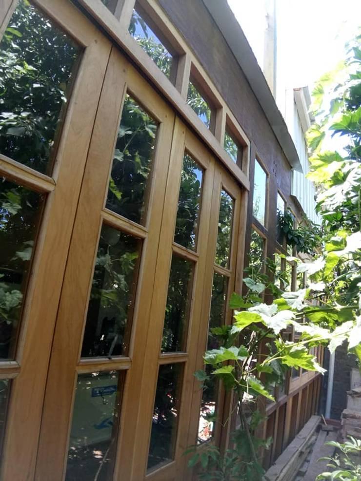 Ventanales galería sur: Casas unifamiliares de estilo  por BIM Urbano