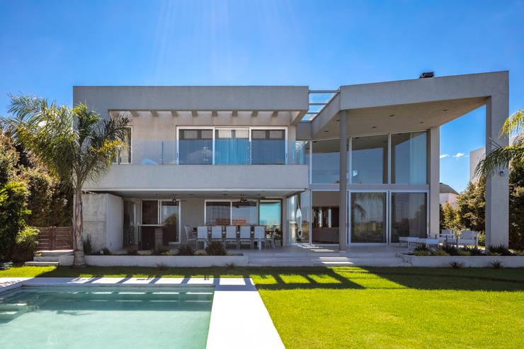 Residencia en Nordelta: Casas de campo de estilo  por Estudio Viviana Melamed,