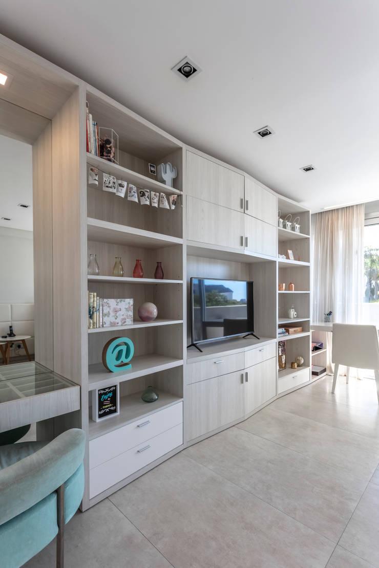 Residencia en Nordelta: Estudios y oficinas de estilo  por Estudio Viviana Melamed,
