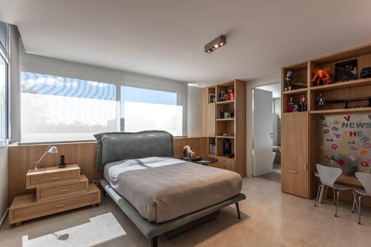 Residencia en Nordelta: Habitaciones para adolescentes de estilo  por Estudio Viviana Melamed,