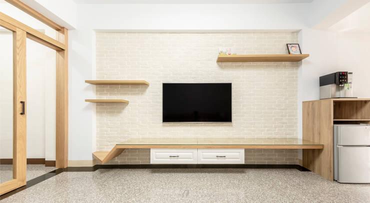 CAI House:  客廳 by 元作空間設計