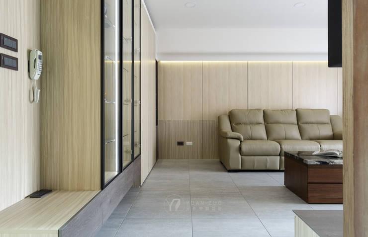 WANG House:  客廳 by 元作空間設計