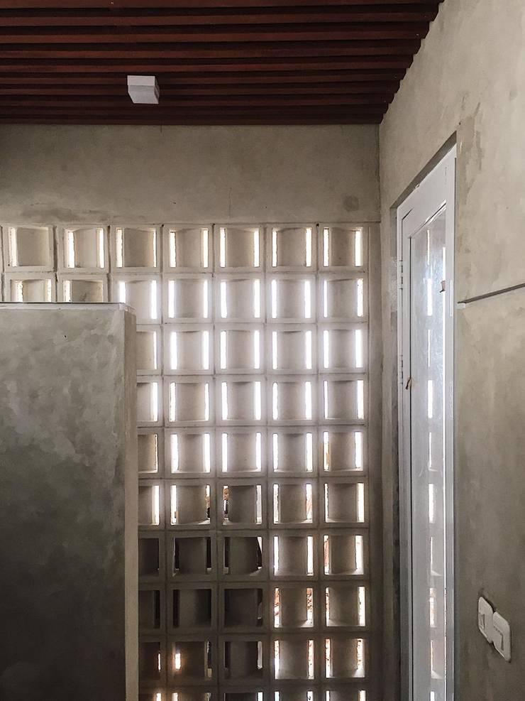 Baños de estilo  por GUBAH RUANG studio, Moderno Concreto