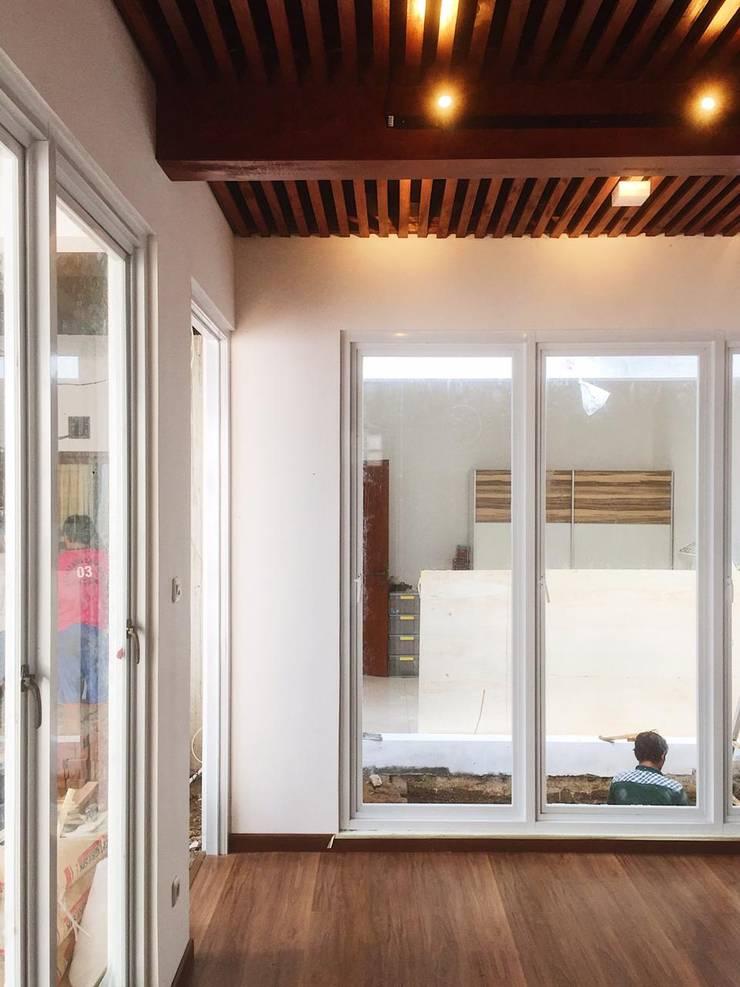 Dormitorios de estilo  por GUBAH RUANG studio, Moderno Ladrillos