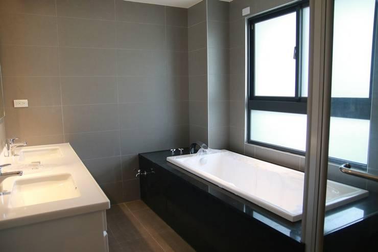 雙人洗手台與浴缸:  浴室 by 勻境設計 Unispace Designs