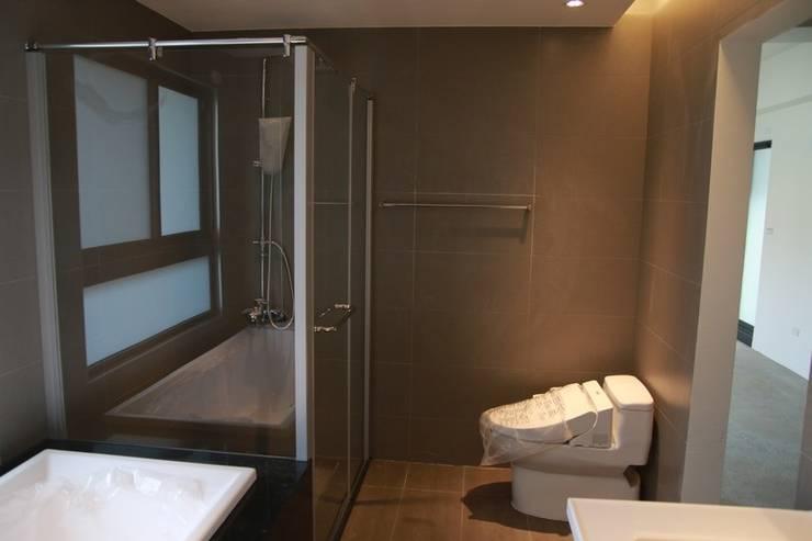 乾濕分離的衛浴:  浴室 by 勻境設計 Unispace Designs