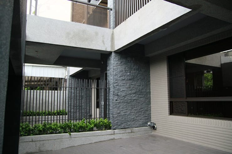 一樓的前院腹地寬敞 by 勻境設計 Unispace Designs Modern