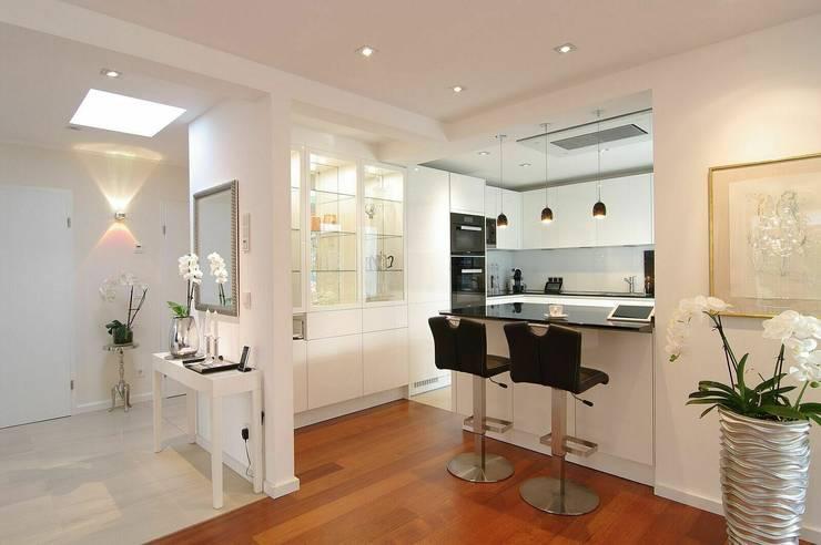Küchenlandschaft:  Einbauküche von schüller.innenarchitektur