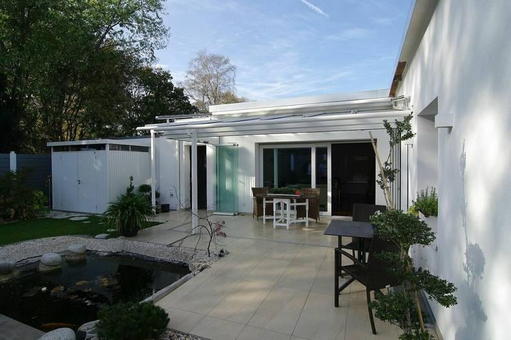 Außenansicht mit Gartenterrasse:  Terrasse von schüller.innenarchitektur