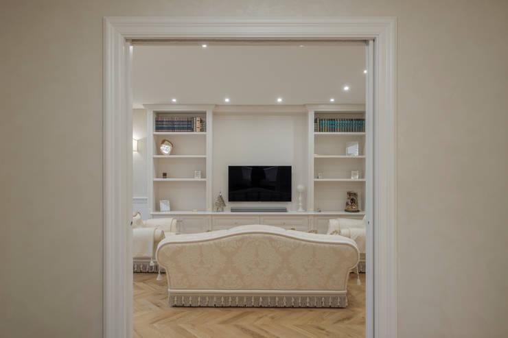 Quadrifamiliare <q>IL QUADRIFOGLIO</q> – Appartamento stile CLASSICO: Soggiorno in stile  di 2P COSTRUZIONI srl,