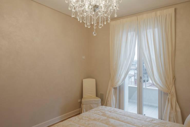 Quadrifamiliare <q>IL QUADRIFOGLIO</q> – Appartamento stile CLASSICO: Camera da letto in stile  di 2P COSTRUZIONI srl,
