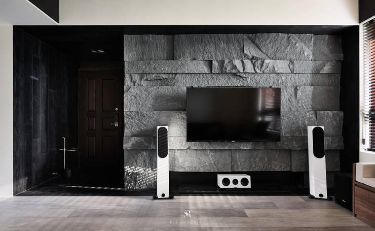框.無框|Cubic Cave:  客廳 by 理絲室內設計有限公司 Ris Interior Design Co., Ltd.