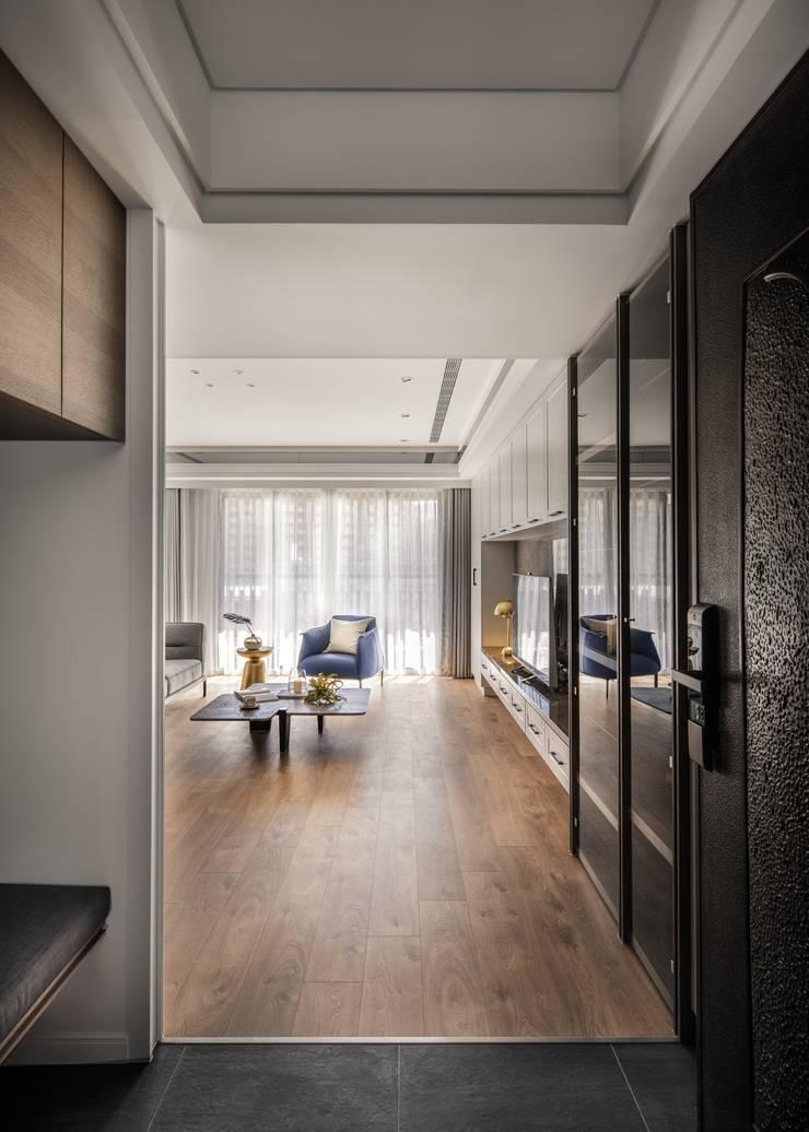 Corridor and hallway by 築川設計, Classic