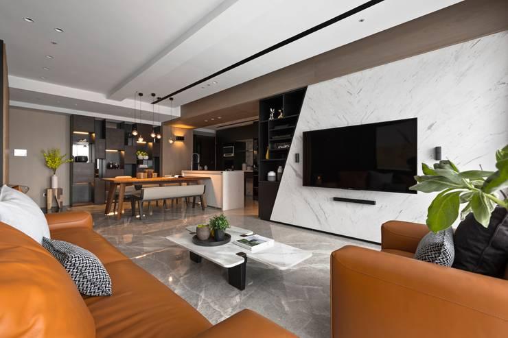 Living room by 築川設計,
