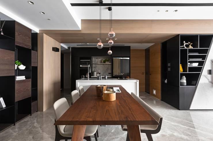 Dining room by 築川設計,