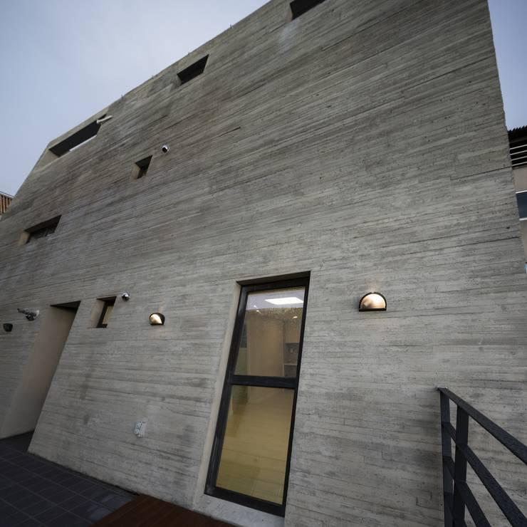 Centinnial _ 상가주택: 건축사사무소 이가소 / igaso architects & planners 의  다가구 주택,모던