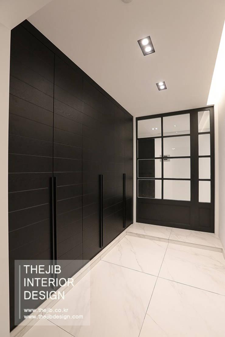 강남구 대치동 동부센트레빌 53평 아파트 인테리어: 더집디자인 (THEJIB DESIGN)의  복도 & 현관,모던