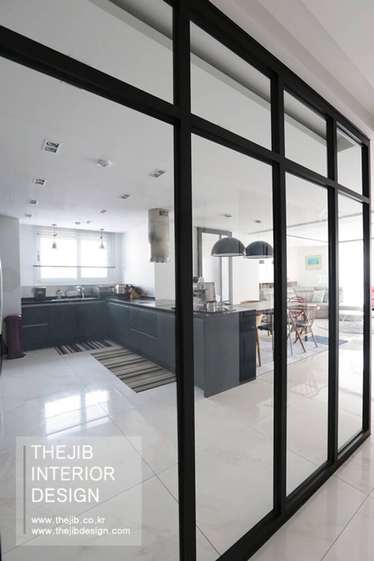 강남구 대치동 동부센트레빌 53평 아파트 인테리어: 더집디자인 (THEJIB DESIGN)의  빌트인 주방,모던
