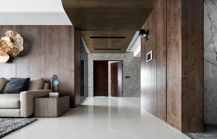 Modern Corridor, Hallway and Staircase by 築川設計 Modern