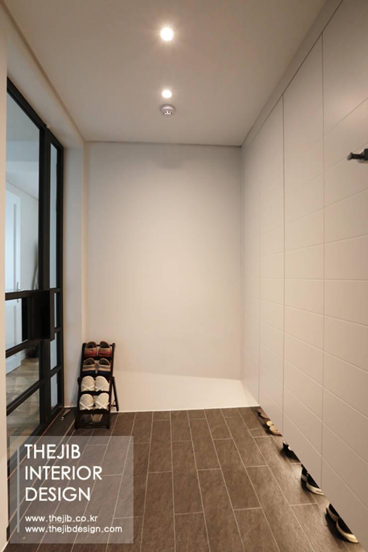 분당구 정자동 삼성 아데나루체 49평 아파트 인테리어: 더집디자인 (THEJIB DESIGN)의  복도 & 현관