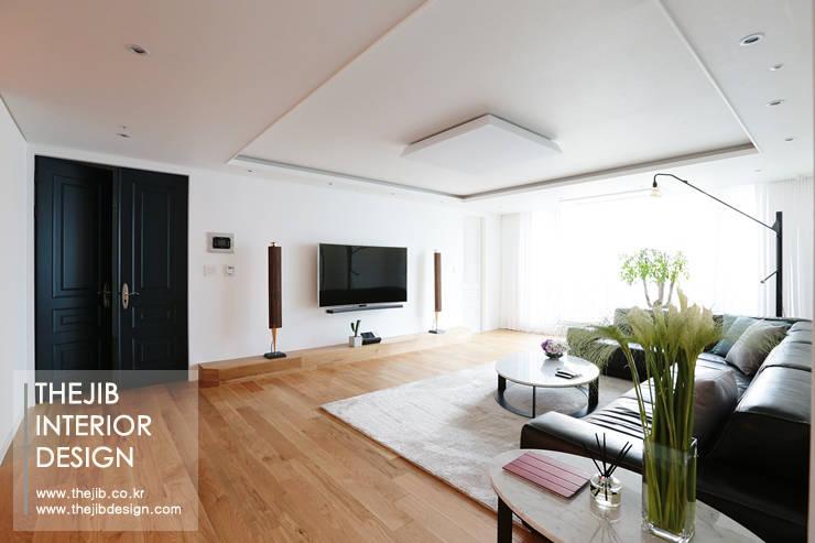 분당구 정자동 삼성 아데나루체 49평 아파트 인테리어: 더집디자인 (THEJIB DESIGN)의  거실