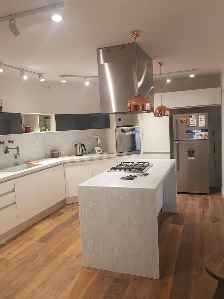 Remodelación de Cocina en Salta por A3 Arquitectas: Cocinas a medida  de estilo  por A3 arquitectas