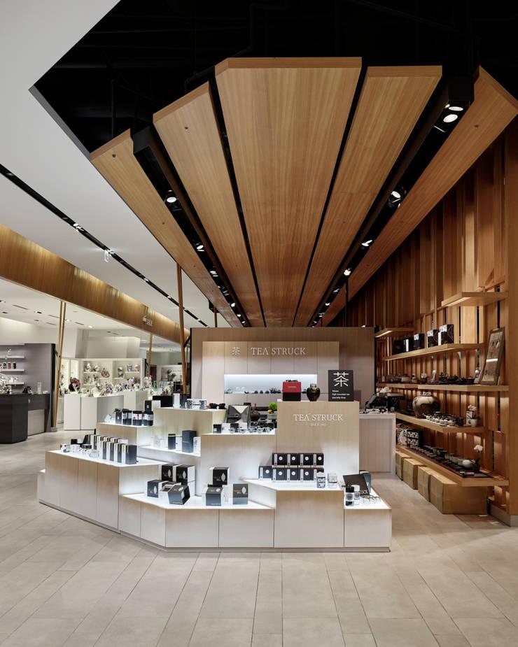 Office spaces & stores  oleh SECONDstudio