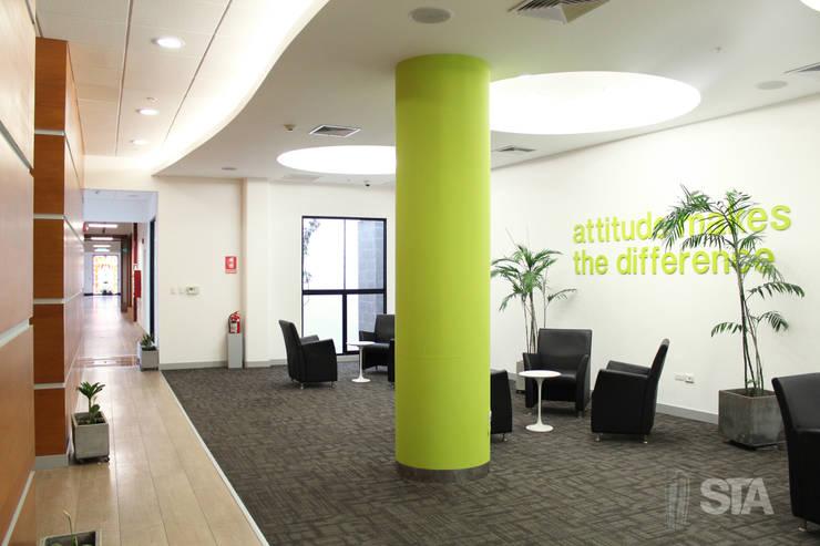 Descanso del café: Oficinas y Tiendas de estilo  por Soluciones Técnicas y de Arquitectura ,