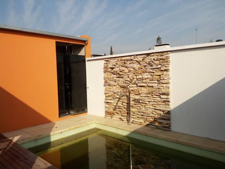 Una casa llena de rincones: Piletas de jardín de estilo  por Marcelo Manzán Arquitecto,Moderno