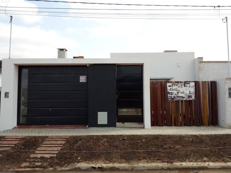Una casa llena de rincones: Casas unifamiliares de estilo  por Marcelo Manzán Arquitecto,Moderno