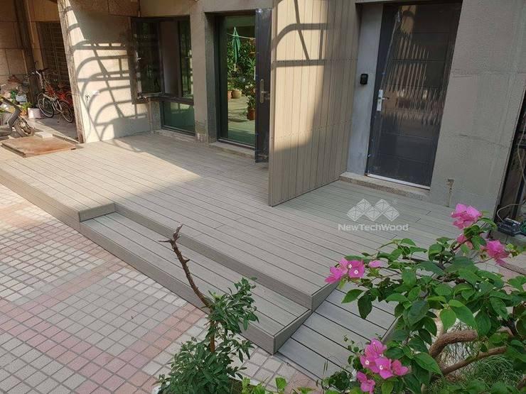 南港─入口木平台、隔牆、階梯與斜坡 (NewTechWood古木色):  華廈 by 新綠境實業有限公司