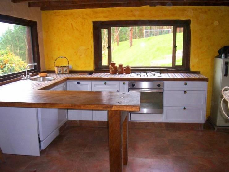 Cocina Sopó: Cocinas de estilo  por Insitu Hogar, Rústico