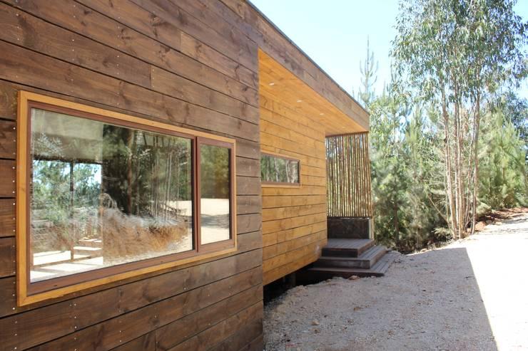 VIVIENDA EN FUNDO MILLACO: Casas de madera de estilo  por Kimche Arquitectos