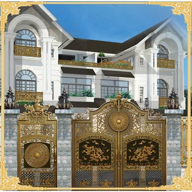 Cổng nhôm đúc tôn lên vẻ đẹp sang trọng của biệt thự:  Windows & doors  by CÔNG TY CỔ PHẦN SẢN XUẤT HOÀNG GIA HÀ NỘI