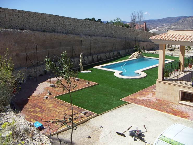Antes y después de poner césped artificial en diferentes jardines.: Jardines de estilo  de Albergrass césped tecnológico