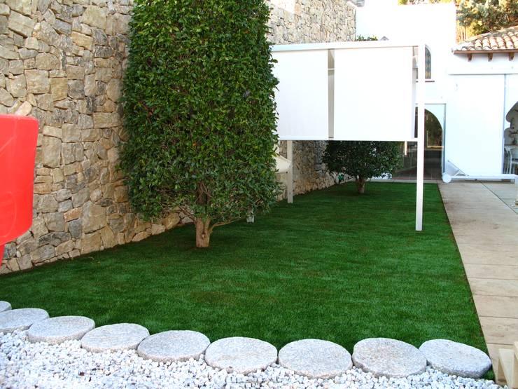Antes y después de poner césped artificial en diferentes jardines.: Terrazas de estilo  de Albergrass césped tecnológico