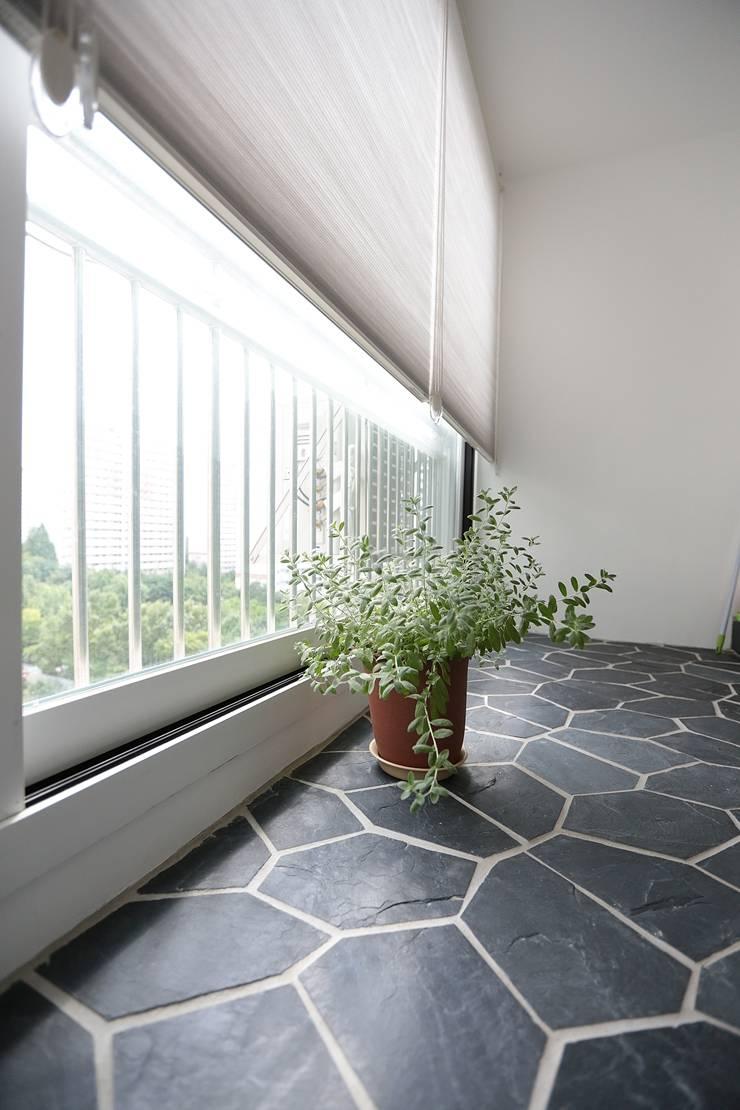 미니멀 라이프를 위한 신혼집 인테리어_행신동 뜨란채 26평: 더집디자인 (THEJIB DESIGN)의  발코니,