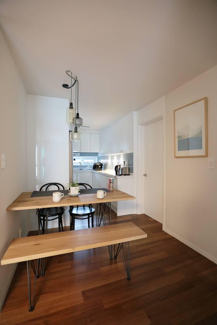 미니멀 라이프를 위한 신혼집 인테리어_행신동 뜨란채 26평: 더집디자인 (THEJIB DESIGN)의  다이닝 룸,