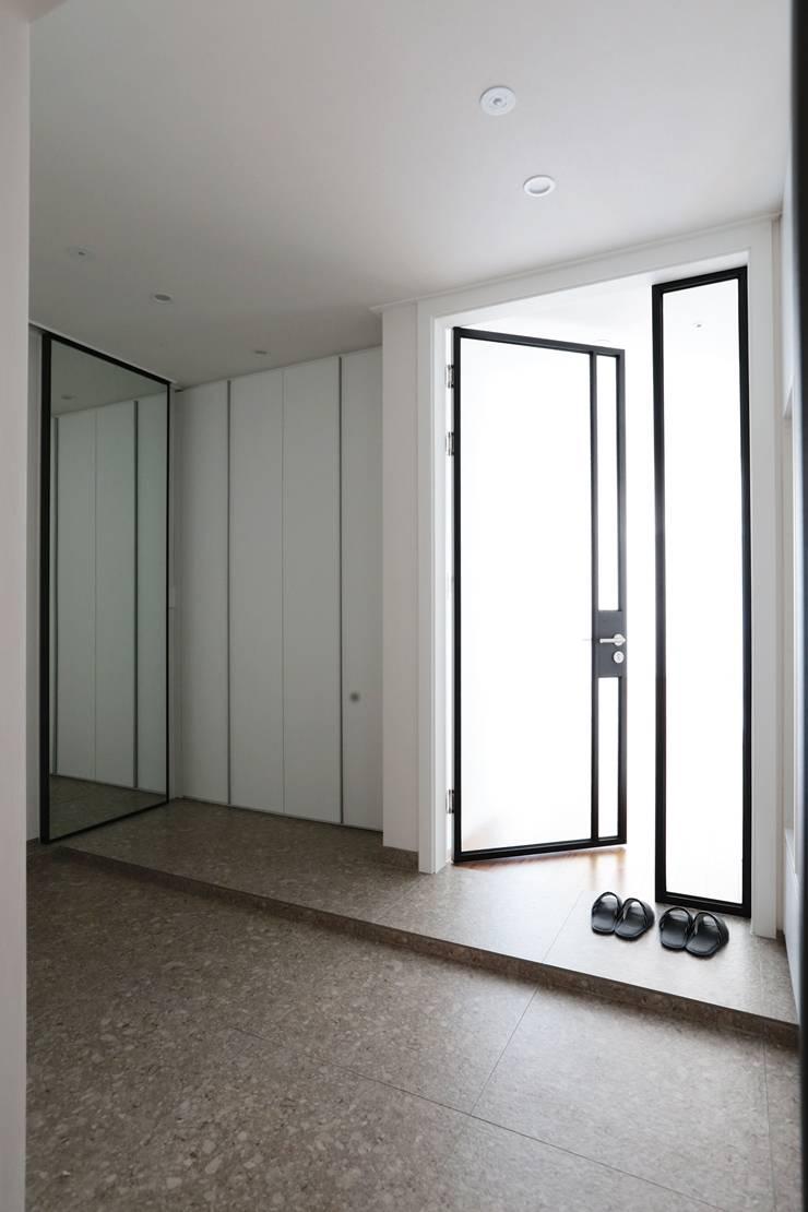 단순한 것이 아름답다_판교힐스테이트인테리어: 더집디자인 (THEJIB DESIGN)의  복도 & 현관