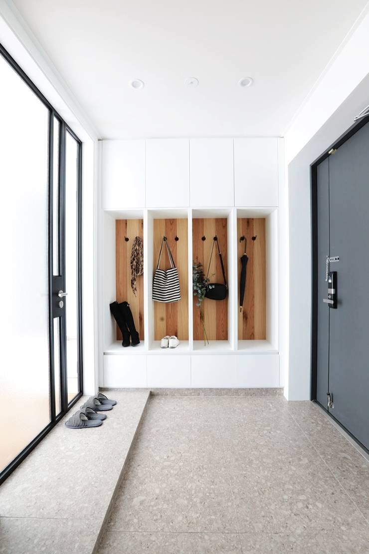 Ingresso & Corridoio in stile  di 더집디자인 (THEJIB DESIGN)